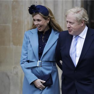 Britský premiér Boris Johnson s partnerkou Carrie Symondsovou