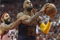Zľava: James Johnson a LeBron James