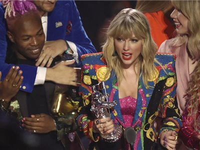 Speváčka Taylor Swift si preberá ocenenie za videoklip roku  You Need to Calm Down  na galavečeri MTV Video Music Awards v New Jersey, USA.