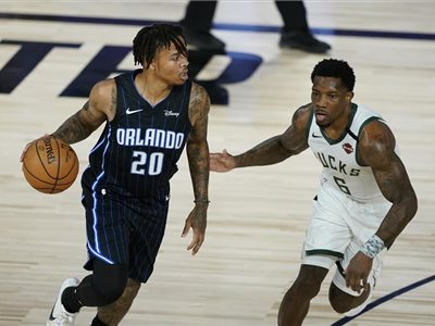 Zľava hráč Orlanda Magic Markelle Fultz a Eric Bledsoe z Milwaukee Bucks v zápase osemfinále play off basketbalovej NBA.